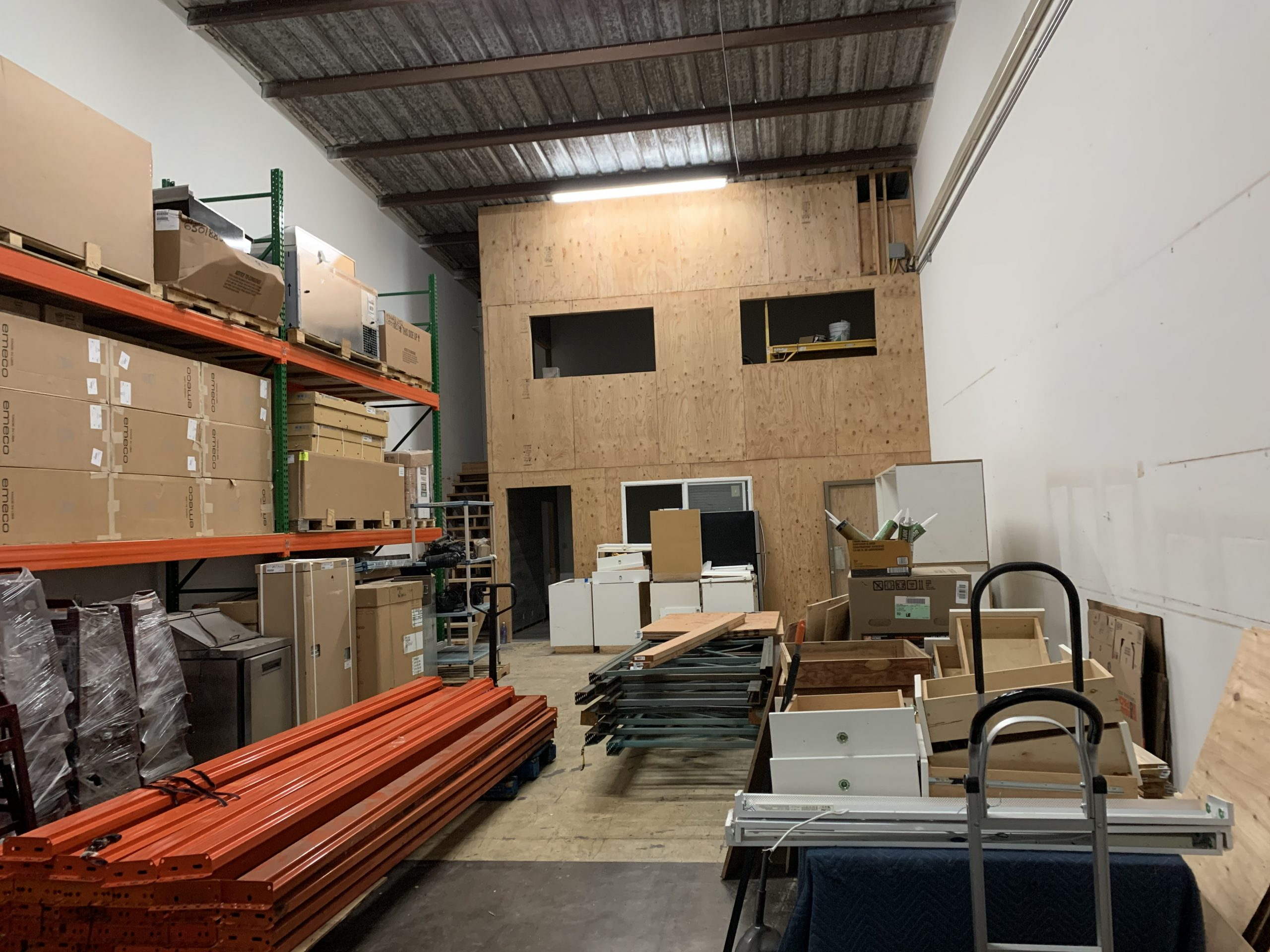 Fast Comet Warehouse 5 - Maui Hawaii - Movers